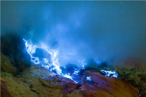 ijen plateau blue fire