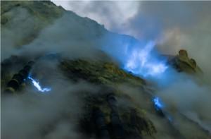 ijen plateau blue flames